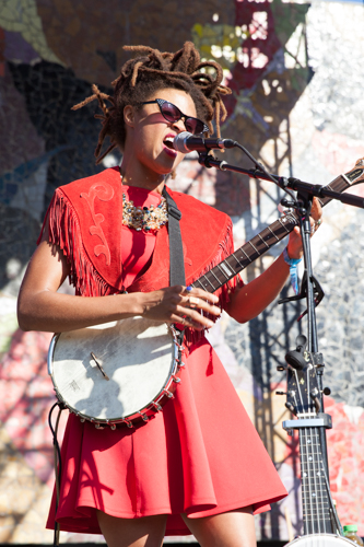 Valerie June enchanted the Starbucks stage and people who wanted Starbucks.