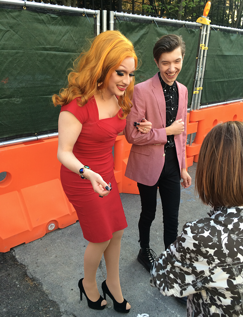 Before the show started, Jinkx stepped outside to greet the commoners who didnt get VIP tickets, and this woman asked to have her cast signed.