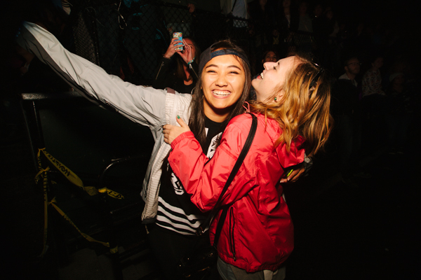 More fans at the Weeknd sharing a sweet moment.